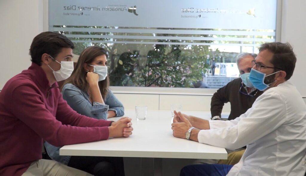 Juan da las gracias al doctor Claudio Rodríguez Fernández y a todo el equipo de la Unidad de Neurorradiología Intervencionista que le ha atendido en la FJD.